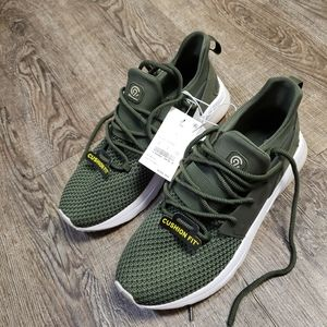 Brand new still has tags size 8 tennis shoes